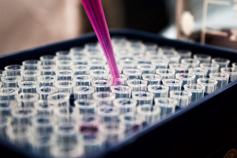 Tube injecting medicine into vials